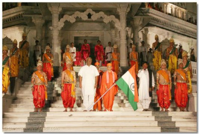 Acharya Swamishree and the Mayor stand on the steps of Smruti Mandir whilst the National Anthem is sung by everyone present