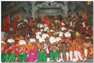 Acharya Swamishree gives darshan with all the dancers