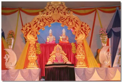 Divine darshan of Lord Swaminarayanbapa Swamibapa during the evening devotional performances
