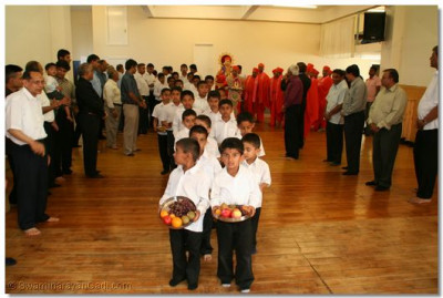 Young disciples lead the swagat ceremony on Gurupoonam