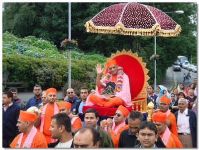 Acharya Swamishree, seated on a palanquin, gives His divine darshan during the procession at Windmere Town