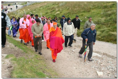 Acharya Swamishree leads the group up the mountain