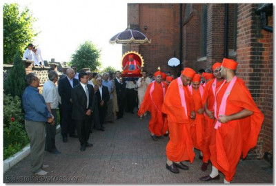 His Divine Holiness Acharya Swamishree arrives at the London Temple with a mandal of 14 sants
