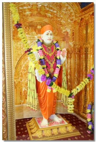 Jeevanpran Shree Muktajeevan Swamibapa gives His divine darshan