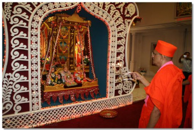 On arrival at Shree Swaminarayan Temple New Jersey, Acharya Swamishree performs aarti to Lord Swaminarayanbapa Swamibapa