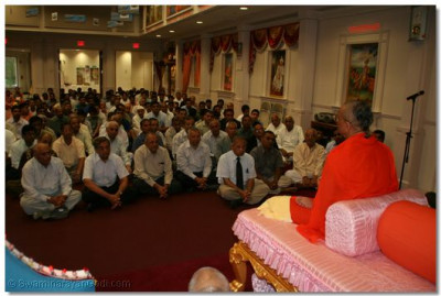 Disiples listen as Acharya Swamishree gives His divine ashirwad