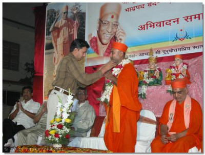 The chairman of this event, Sadguru Shree Bhagwatpriyadasji Swami is garlanded on behalf of all the councillors