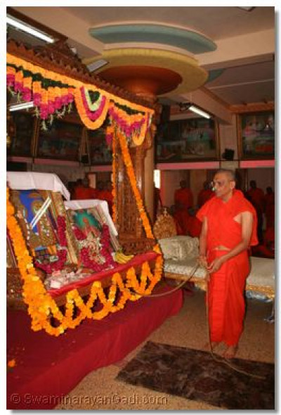 Acharya Swamishree swings the Lord whilst the sants commence the 24 hour long dhoon