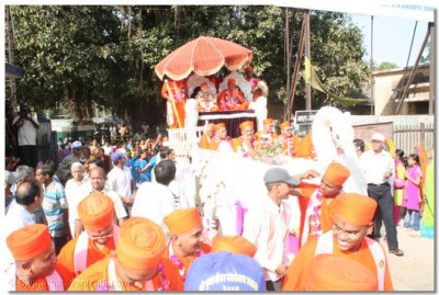 Jeevanpran Swamibapa presides on the chariot with Acharya Swamishree and eminent sants, and gives darshan to all the onlookers during the procession in Anand
