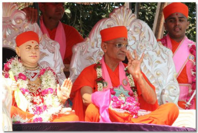 Acharya Swamishree blesses the onlookers