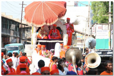 Acharya Swamishree gives darshan to all during the procession