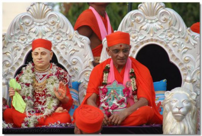 Jeevanpran Swamibapa and Acharya Swamishree give darshan at the end of the procession