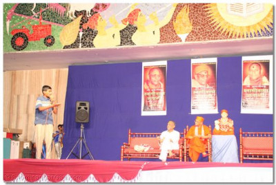 A young disciple of Anand entertains the audience with his comical stories