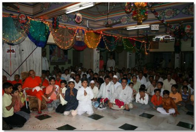 Acharya Swamishree gives His blessings to the performers