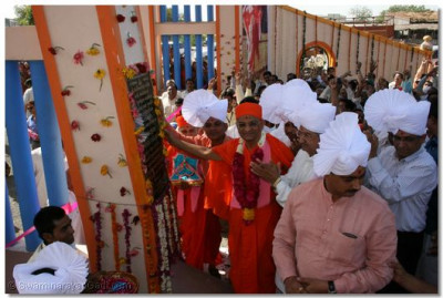 Acharya Swamishree unveils the plaque on the gate