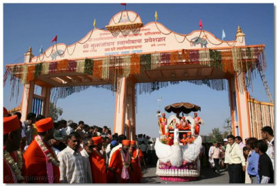 Jeevanpran Swamibapa and Acharya Swamishree's chariot passes through the magnificent gate, the official entrance to the town of Bavla