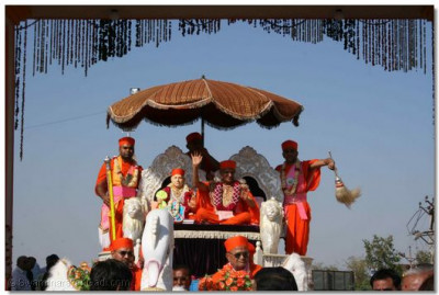 Acharya Swamishree gives His blessings seated on the chariot