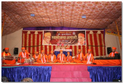 Sants perform kirtan bhakti during the evening concert of devotional music