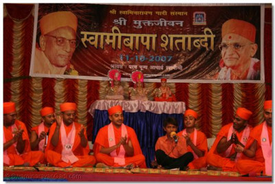 Sants perform kirtan bhakti