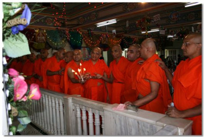 Acharya Swamishree and sants perform aarti to Lord Swaminarayanbapa Swamibapa