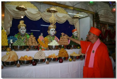 Acharya Swamishree offers thar to Lord Swaminarayan