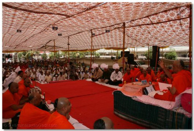 Hundreds of people listen to Acharya Swamishree ashirwad