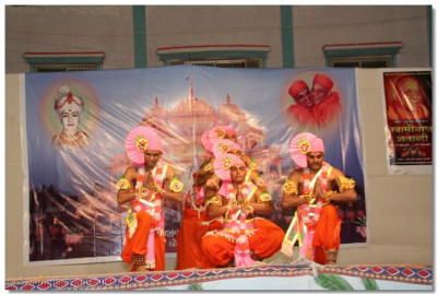 During the evening concert, Swamibapa's sants perform a devotional dance