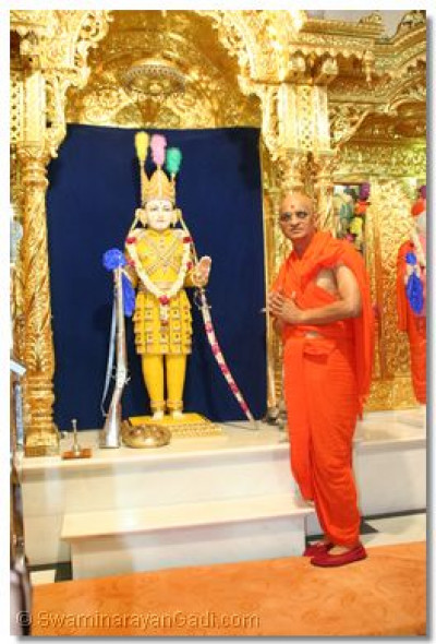 Acharya Swamishree gives darshan with Shree Ghanshyam Maharaj, adorned in chandan vagha, on the day of Amas, Shree Sadguru Din