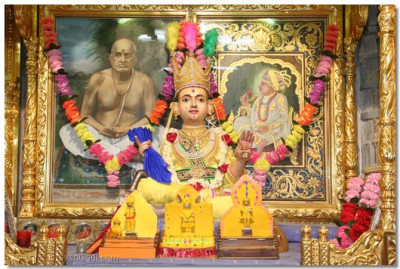 Divine darshan of Shree Sahajanand Swami Maharaj adorned in chandan vagha