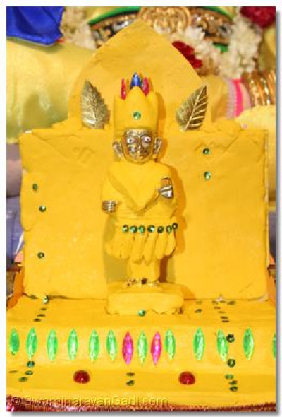 Divine darshan of Shree Hari Krishna Maharaj adorned in chandan vagha