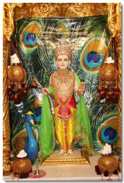 Shree Ghanshyam Maharaj gives darshan on the first day of the Chaturmas Discourses