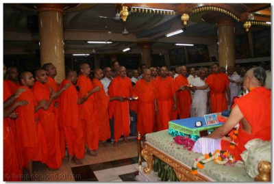 Sants and disciples perform aarti at the start of the Chaturmas Discourses