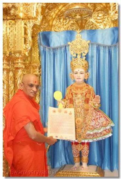 Acharya Swamishree presented a letter at the lotus feet of Shree Ghanshyam Maharaj in Maninagar, as a formal invitation to the Lord to the Shree Muktajeevan Swamibapa Shatabdi Mahotsav