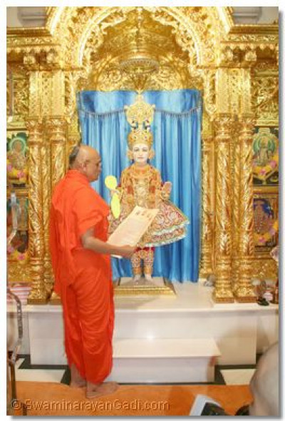 Acharya Swamishree Himself read out the letter to the Lord, and humbly prayed to Shree Ghanshyam Maharaj for the upcoming Mahotsav to take place with great pomp, glory and celebration