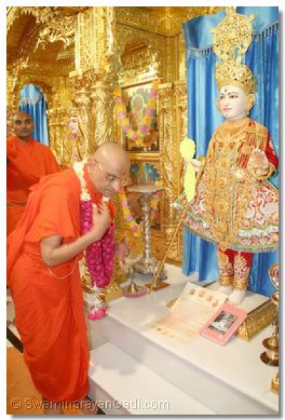 Acharya Swamishree presented the letter as well as the new edition of 'Shree Abji Bapashree ni Vato - Part 2' at the lotus feet of Shree Ghanshyam Maharaj in Maninagar