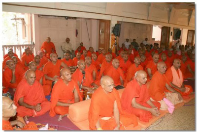 Sants listen to Acharya Swamishree's divine blessing