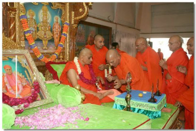All the sants and disciples performed poojan to Acharya Swamishree