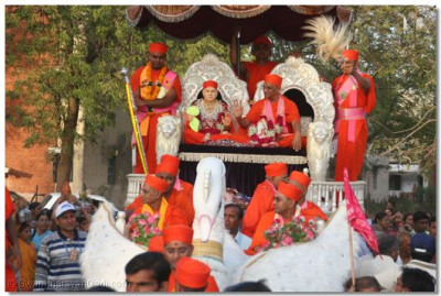 Jeevanpran Swamibapa and Acharya Swamishree give their darshan seated on the chariot