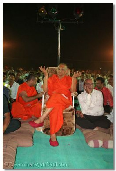 Acharya Swamishree gives His darshan during the performances
