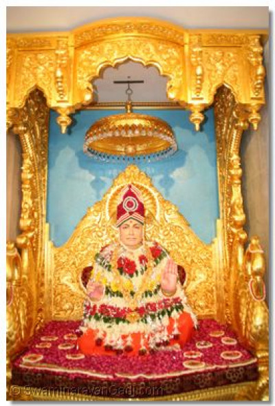 Divine darshan of Jeevanpran Swamibapa seated in the new golden sinhasan