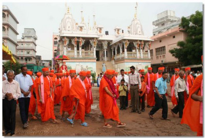 The procession goes through the forecourt of Maninagar Temple to the auditorium