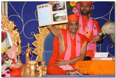 Acharya Swamishree showed all the pages of the kankotri