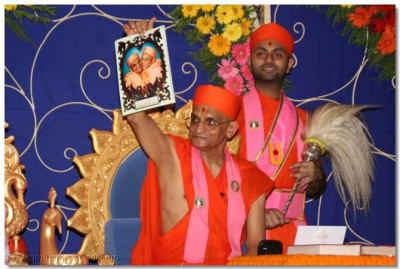 Acharya Swamishree shows the back page of the kankotri