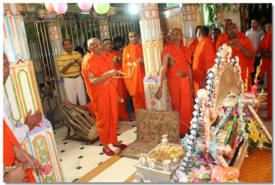 Acharya Swamishree performs aarti to Lord Shree Swaminarayan