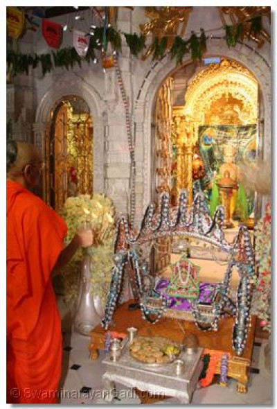 Acharya Swamishree performs aarti to Lord Shree Swaminarayan at midnight on 5th of September 2007