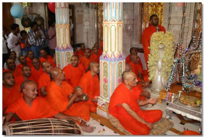 Acharya Swamishree gently swings the Lord whilst the sants sing devotional songs that denote the significance of Janmashtami
