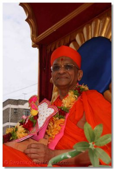 Acharya Swamishree arrives at the start of Swamibapa Road, from where a welcoming procession was held