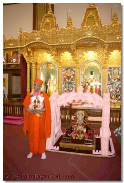 Acharya Swamishree gives darshan at the front of the Temple