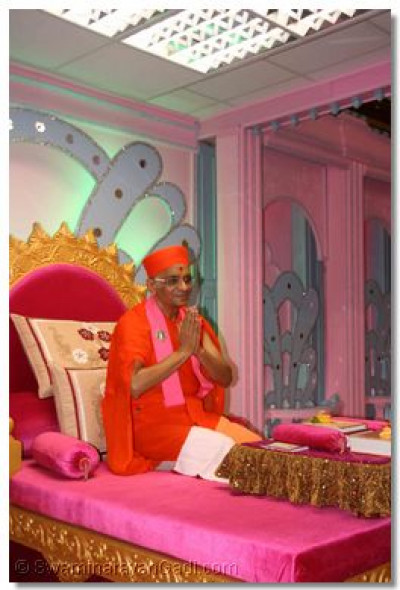 Acharya Swamishree blesses all the disciples