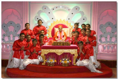 Acharya Swamishree gives darshan with all the disciples who performed the welcoming dance